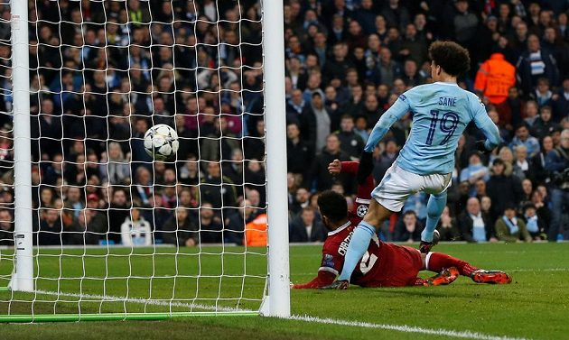 Leroy Sané z Manchesteru City vstřelil gól do sítě Liverpoolu. Sudí jej ale chybně neuznal.