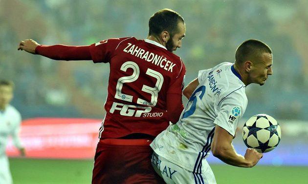 Olomoucký Tomáš Zahradníček (vlevo) atakuje Denise Granečného z Baníku Ostrava v utkání 11. kola HET ligy.
