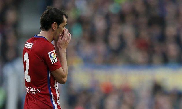 Diego Godín opouští po druhé žluté kartě barcelonský Camp Nou.