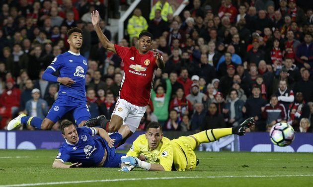 Fotbalista Manchesteru United Marcus Rashford střílí na branku Evertonu v utkání Premier League.