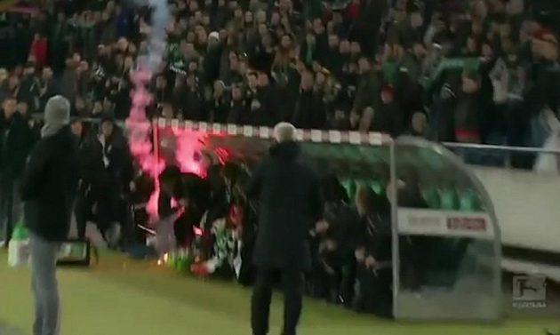 Šok pro náhradníky Hannoveru. Rachejtle ze sektoru fandů Wolfsburgu doletěla až na lavičku.