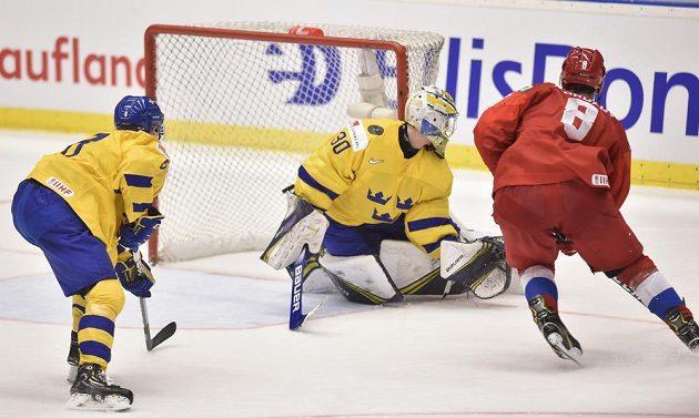 Vítězný gól Ruska v prodloužení. Zleva Rasmus Sandin ze Švédska, překonaný brankář Hugo Alnefelt a autor gólu Ivan Morozov z Ruska.