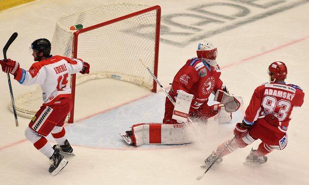 Olomoucký útočník Jan Eberle se raduje z gólu, překonal třineckého brankáře Šimona Hrubce.Vpravo přihlíží útočník Ocelářů Martin Adamský.