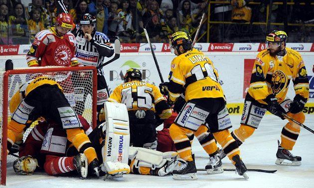Skrumáž před litvínovskou brankou, domácí gólman Pavel Francouz leží na ledové ploše po ataku třineckého Martina Růžičky.