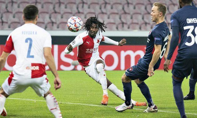 Slávista Peter Olayinka (uprostřed) dává gól v odvetě 4. předkola Ligy mistrů proti Midtjyllandu.