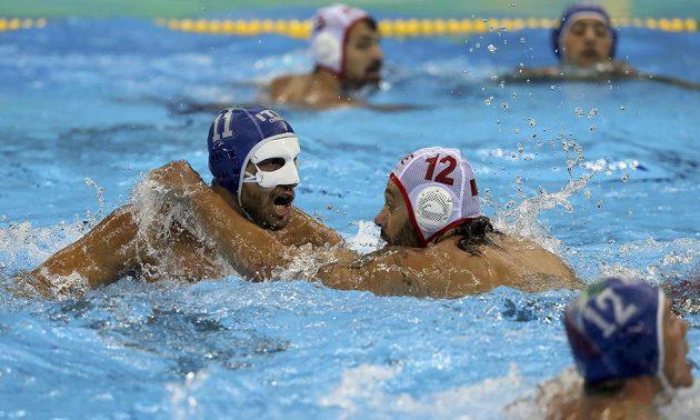 Muž s maskou. Italský vodní pólista Matteo Aicardi (vlevo) a Predrag Jokič z Černé Hory.