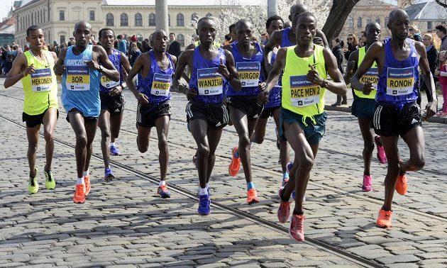 Sedmnáctý ročník půlmaratonu se běžel 28. března ulicemi Prahy. Vyhrál keňský běžec Daniel Kinyua Wanjiru (uprostřed) v čase 59:50 minuty.