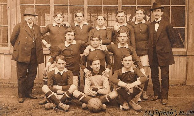 První týmová fotografie fotbalové Viktorie Plzeň z roku 1911.