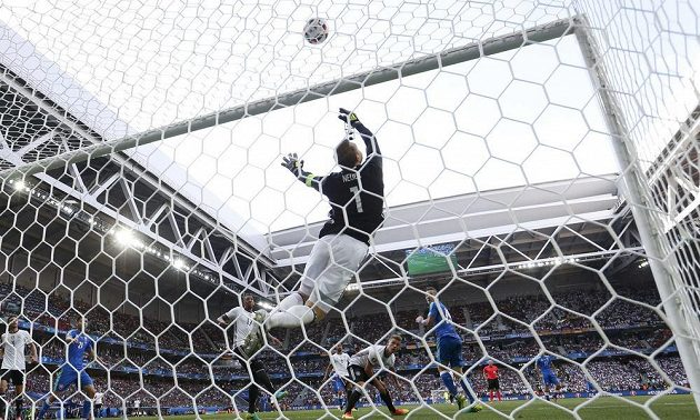 Německý gólman Manuel Neuer při zákroku v duelu se Slovenskem.