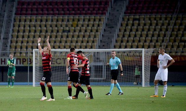 Radující se fotbalisté týmu Škendija Tetovo při utkání s Mladou Boleslaví.