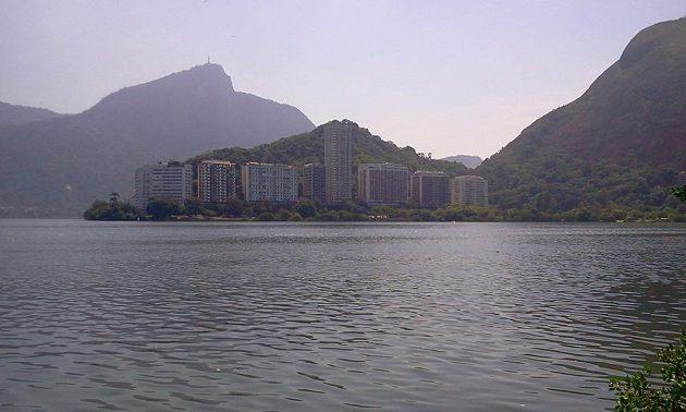 Na vodách laguny s proslulým Corcovadem se sochou Krista Vykupitele v pozadí budou za patnáct měsíců soutěžit o olympijské kovy veslaři a kanoisté.