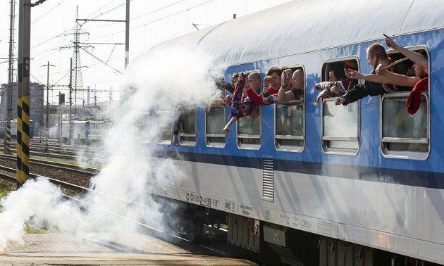 Fanoušci Sparty přijíždějí na nádraží v Ostravě.