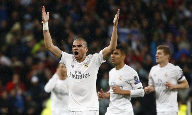 Madridský obránce Pepé se raduje z gólu proti Wolfsburgu v odvetě bojů o semifinále Ligy mistrů.