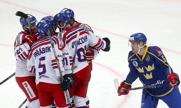 Češi slaví vstřelený gól Tomáše Vincoura (zády vpravo). Vpravo zklamaný Švéd Patrik Hersley.