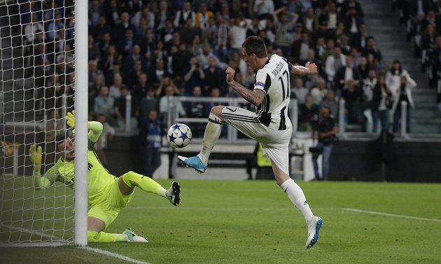 Mario Mandžukič z Juventusu střílí první gól.