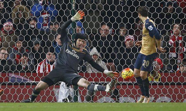 Petr Čech zasahuje proti střele soupeře na Britannia Stadium.