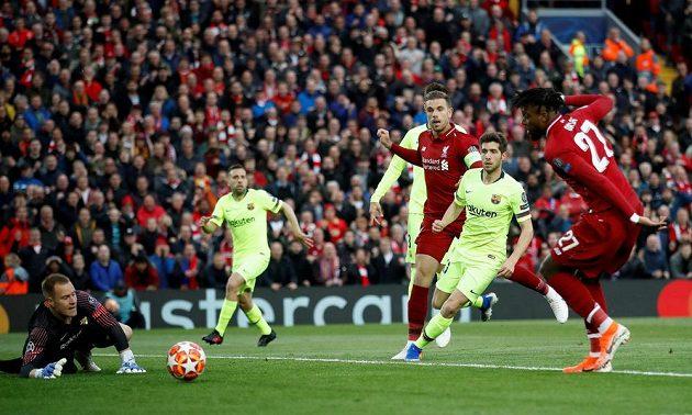 Liverpoolský Divock Origi dává první gól v odvetě semifinále Ligy mistrů proti Barceloně.