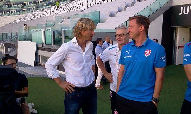 ředitel Juventusu Pavel Nedvěd (vlevo) hovoří s Vladimírem Šmicrem (vpravo) na stadionu Juventusu.