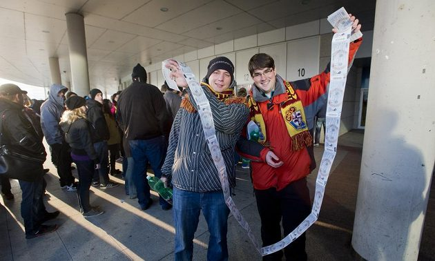 U pražské O2 areny čekají fanoušci na vstupenky na hokejové mistrovství světa v dlouhých frontách. Tito šťastní majitelé u pokladen čekali už od jedné hodiny ranní.