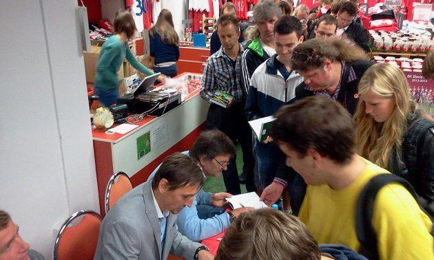 Na autogram Čaroděje Vaniaka si museli vystát slavističtí fanoušci ve fan shopu frontu.