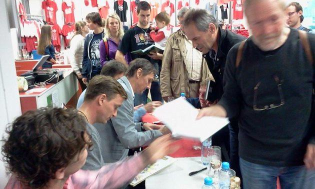 Nejen Martin Vaniak, ale i Vladimír Šmicer a Karol Kisel rozdali ve slavistickém fanshopu desítky a desítky autogramů.