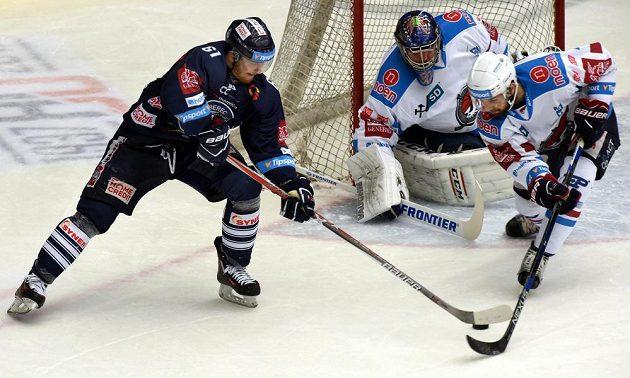 Liberecký hokejista Milan Bartovič (vlevo) a brankář Ján Laco a Brett Flemming z Chomutova během semifinále play off-