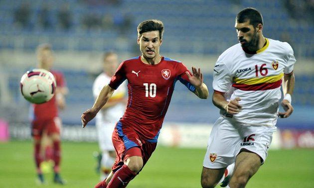 Český fotbalový záložník Michal Trávník (vlevo) a Goran Milojko z Černé Hory v kvalifikaci ME 2017 hráčů do 21 let.