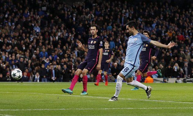 Ilkay Gündogan z Manchesteru City vyrovnává stav utkání s Barcelonou.
