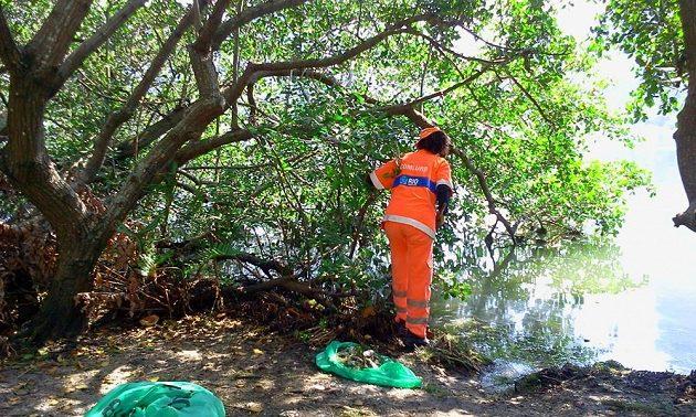Na odstraňování následků pracují desítky pracovníků hygienické správy Rio de Janeira.
