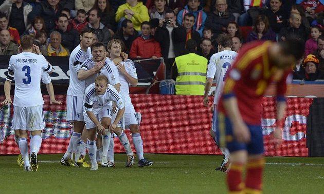 Fotbalisté Finska se radují z vyrovnávacího gólu ve Španělsku.