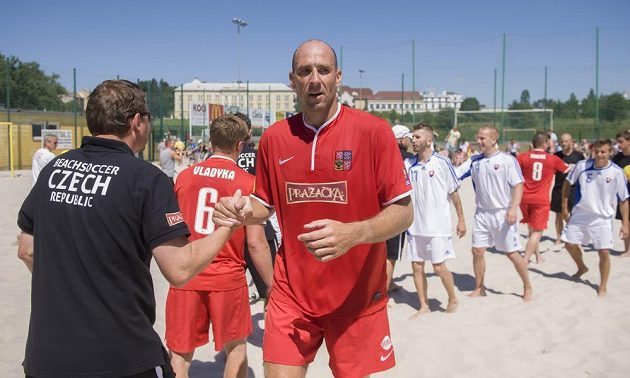 Obrovitý Jan Koller (uprostřed) v dresu reprezentace v plážovém fotbale.
