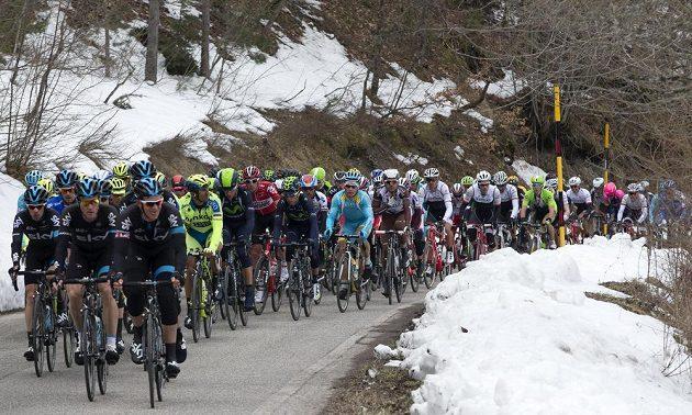 Při závodě Tirreno-Adriatico vládne nepříznivé počasí. V neděli sněžilo, pondělní etapu provázel déšť.