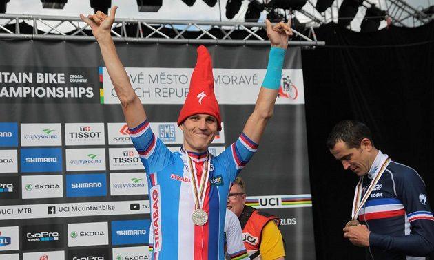 Jaroslav Kulhavý v čepici zdraví svůj fanklub po zisku stříbrné medaile na MS horských kol v Novém Městě na Moravě.