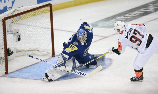 Hokejový útočník Connor McDavid se snaží vyzrát během Utkání hvězd NHL na brankáře Andreje Vasilevského.