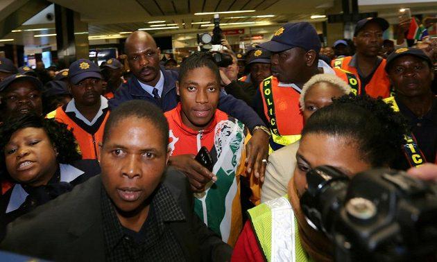Caster Semenyaová na letišti v Johannesburgu v obležení diváků a policie.
