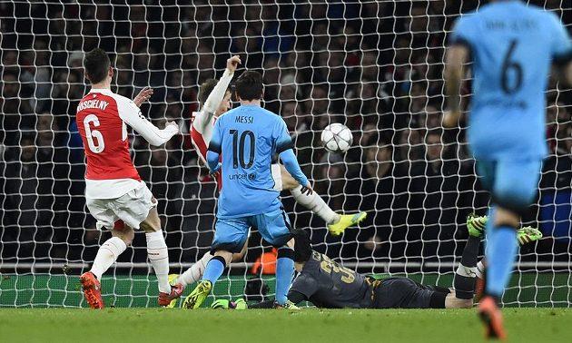 Lionel Messi střílí gól Petru Čechovi.