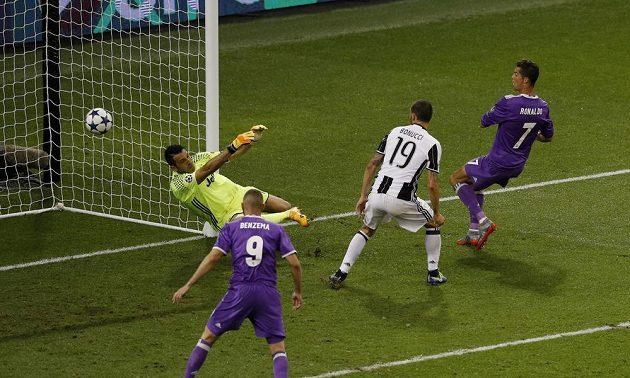 Cristiano Ronaldo (vpravo) na přední tyči znovu překonává Buffona v bráně a upravil stav na 3:1.