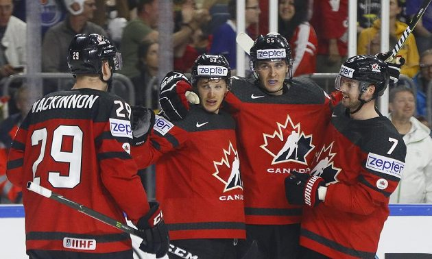 Kanadský hokejista Jeff Skinner slaví se spoluhráči gól v německé síti během čtvrtfinále mistrovství světa.