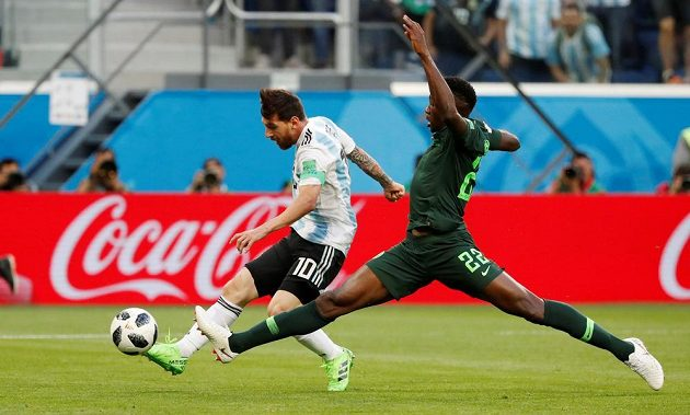 Argentinec Lionel Messi dostal skvělou přihrávku a proti Nigérii otevřel skóre. Marně se natahuje Kenneth Omeruo.
