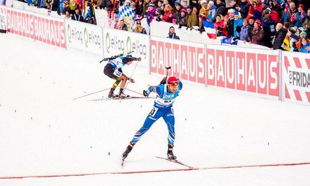 Český biatlonista Michal Šlesingr se vyhnul kousek před cílem pádu Simona Schemppa z Německa a finišoval jako patnáctý.