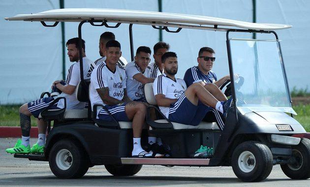 Fotbalisté Argentiny míří na trénink před závěrečným duelem ve skupině.