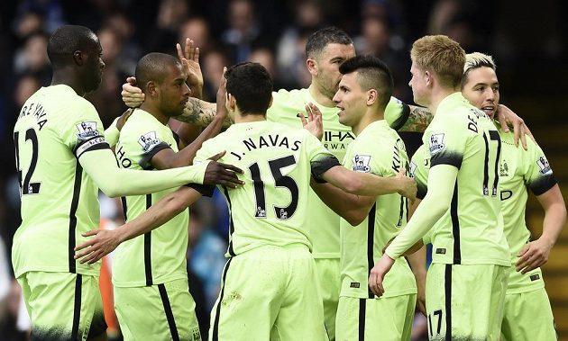 Sergio Agüero oslavuje se svými spoluhráči gól do sítě Chelsea