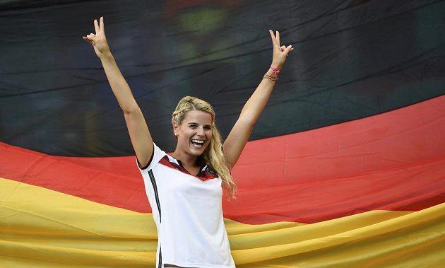 Tahle německá fanynka má důvod k radosti. Svěřenci trenéra Löwa nasázeli Portugalsku čtyři góly.