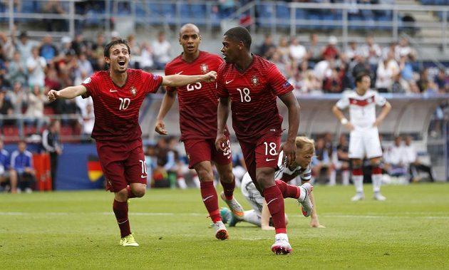 Portugalský fotbalista Ivan Cavaleiro (vpravo) jásá se svými spoluhráči po vstřeleném gólu proti Německu na ME do 21 let v Olomouci.