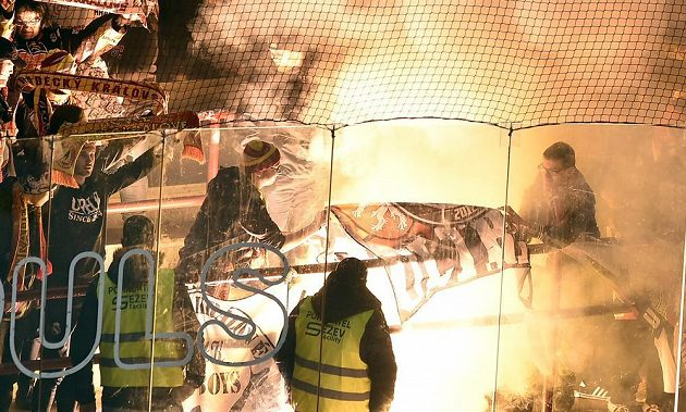 Na konci zápasu v Jihlavě odpálili hradečtí fanoušči pyrotechniku.