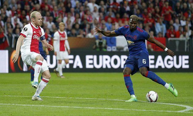 Paul Pogba z Manchesteru United střílí první gól finále Evropské ligy. Smolně míč tečoval stoper Ajaxu Davinson Sánchez (mimo snímek).