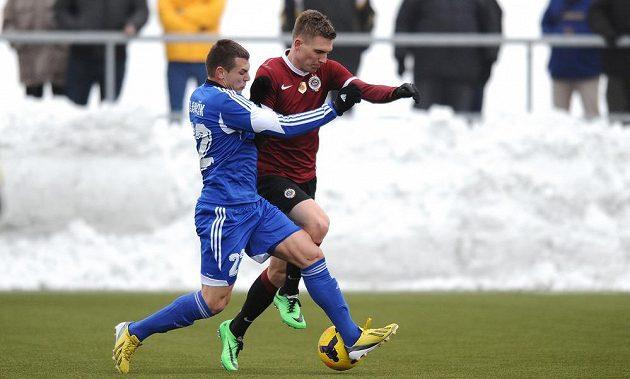 Záložník Sparty Praha Bořek Dočkal (vpravo) a Fabián Slančík z Banské Bystrice během přípravného utkání.