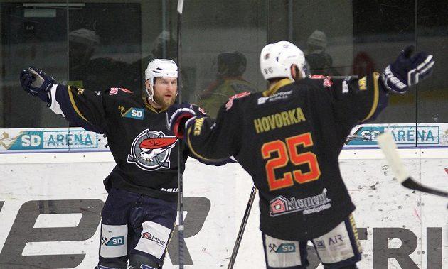 Radost hráčů Chomutova, zleva Štěpán Hřebejk a Marek Hovorka.