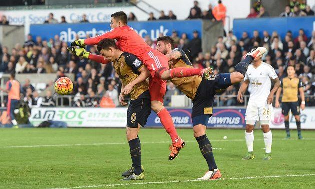 Laurent Koscielny v souboji s brankářem Swansea Lukaszem Fabianskim