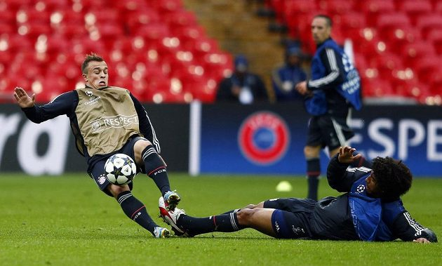 Ostrý skluz! Obránce Bayernu Dante sebral míč z kopaček Xherdana Shaqiriho.